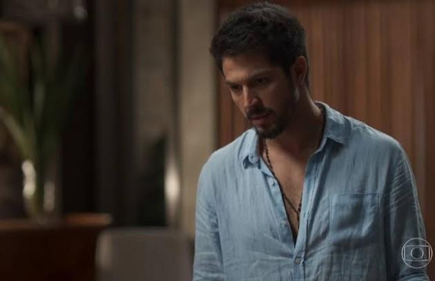 Na quinta-feira (10), Marcos (Romulo) encontrará Alberto (Antonio Fagundes) desacordado (Foto: TV Globo)