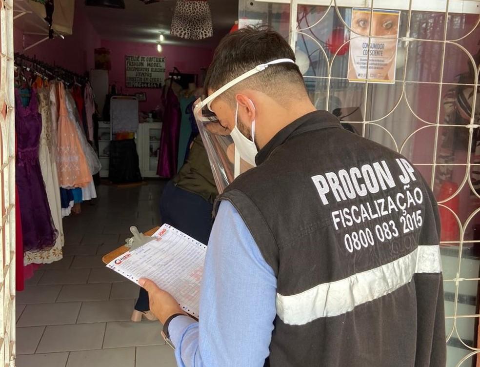 Pelo menos 14 estabelecimentos foram notificados e sete fechados durante operação em João Pessoa — Foto: PMJP/Divulgação