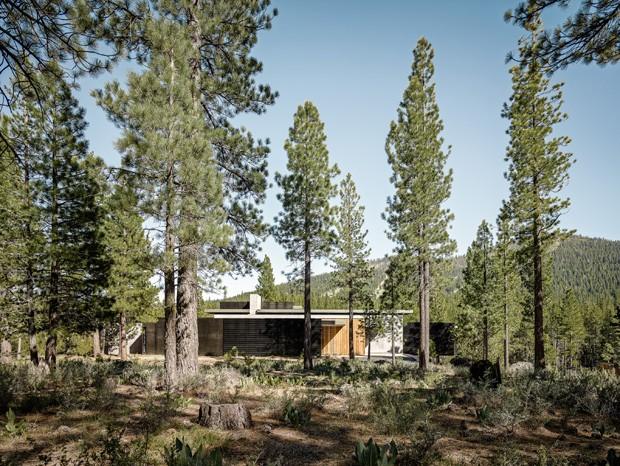Casa na Califórnia foi construída sem retirar as pedras do terreno (Foto: Divulgação)