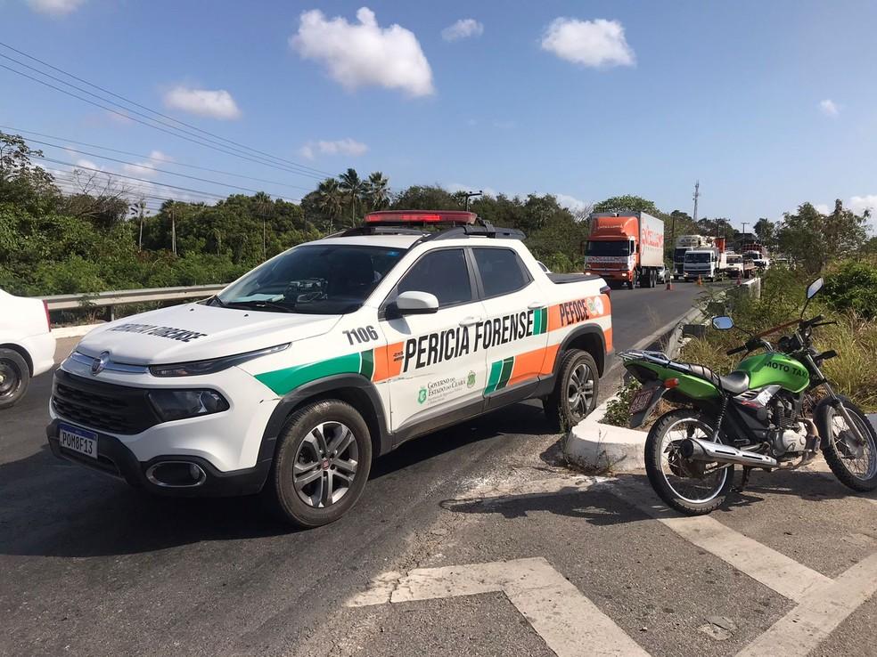 Perícia Forense foi acionada e fez os primeiros levantamentos sobre o acidente que deixou um morto e outro gravemente ferido. — Foto: Beatriz Farias/ SVM