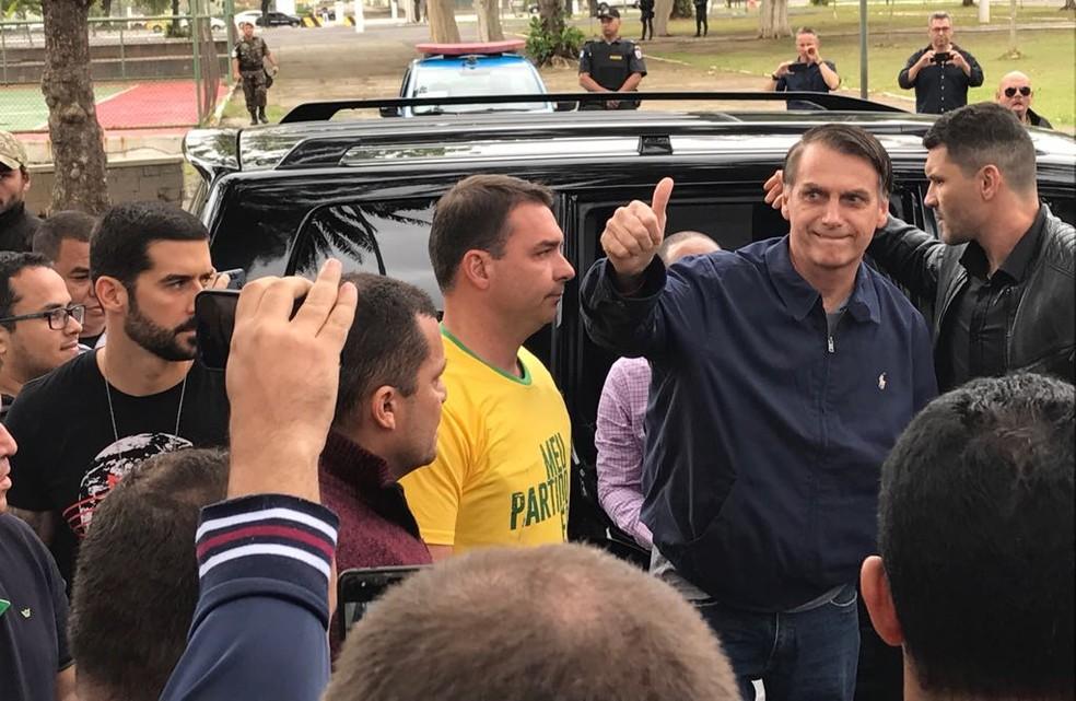 Jair Bolsonaro chegou à zona eleitoral, no Rio de Janeiro, acompanhado do filho Flávio Bolsonaro — Foto: Cristina Boeckel/G1