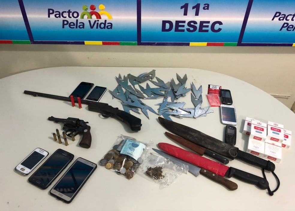 Polícia apreendeu armas, celulares e grampos com quadrilha na Zona da Mata Norte de Pernambuco (Foto: Polícia Civil/Divulgação)