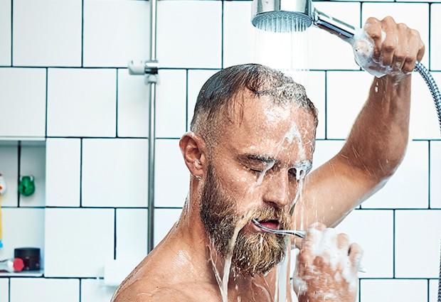 Escovar os dentes no banho não é a prática mais higiênica (Foto: Oras/ Reprodução)