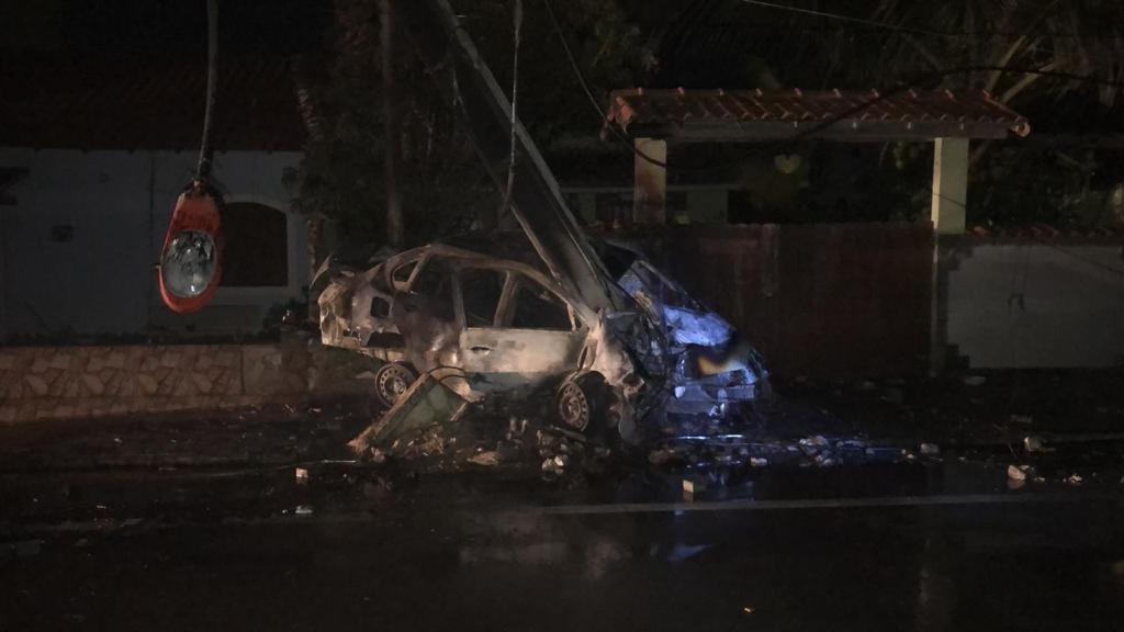 Homem morre carbonizado após bater carro contra poste em Maricá, no RJ