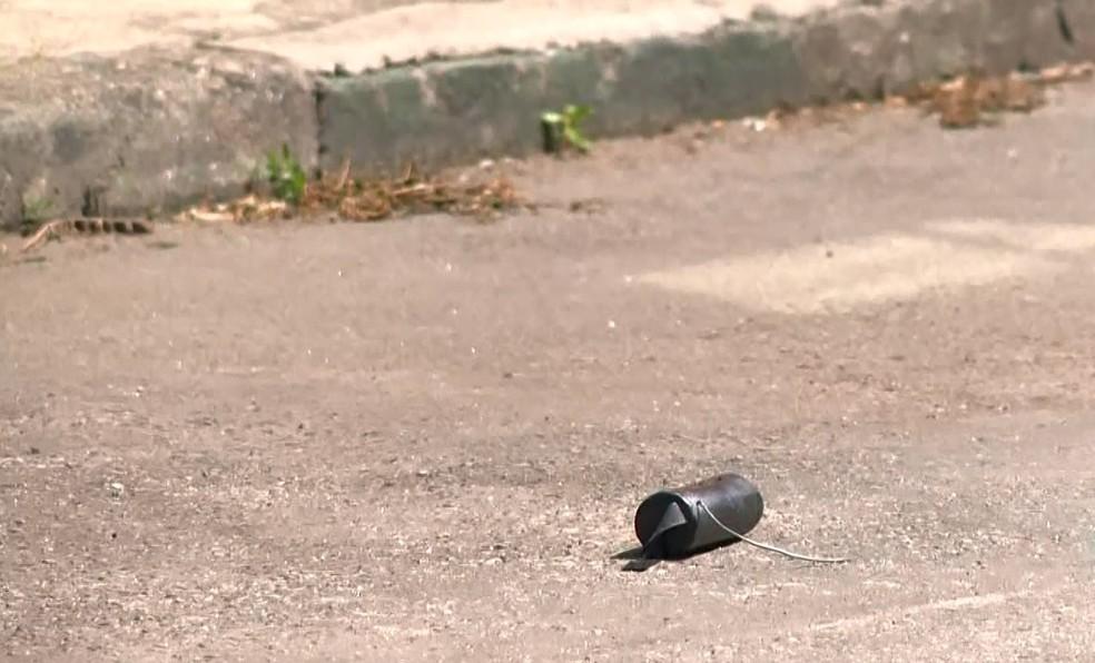 Esquadrão antibombas foi acionado depois que objeto semelhante a granada foi jogado em rua — Foto: Reprodução/TV Gazeta