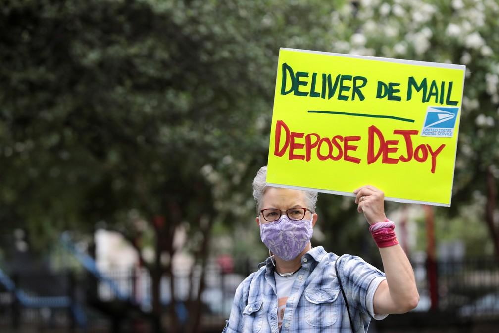 Manifestante em protesto no sábado (15) pede saída de chefe do Serviço Postal dos EUA, Louis DeJoy, após crise sobre votos por correios — Foto: Cheriss May/Reuters
