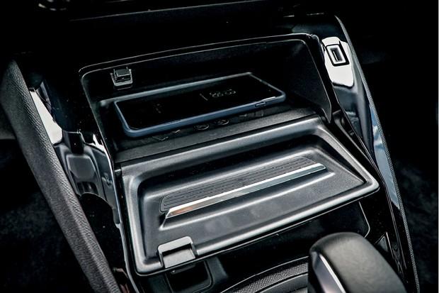 Peugeot 208 Griffe 1.6 - Porta-objetos esconde o carregador por indução, daquele tipo sem fio (Foto: Rafael Munhoz)