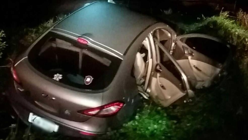 Carro onde estavam criminosos após acidente durante a fuga em Pelotas (Foto: Divulgação/PRF)