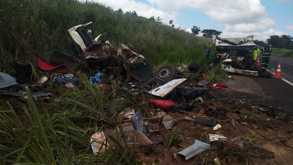 Acidente em Parapuã deixou 7 mortos e 32 feridos na noite desta segunda-feira (21) — Foto: Paula Sieplin/TV Fronteira