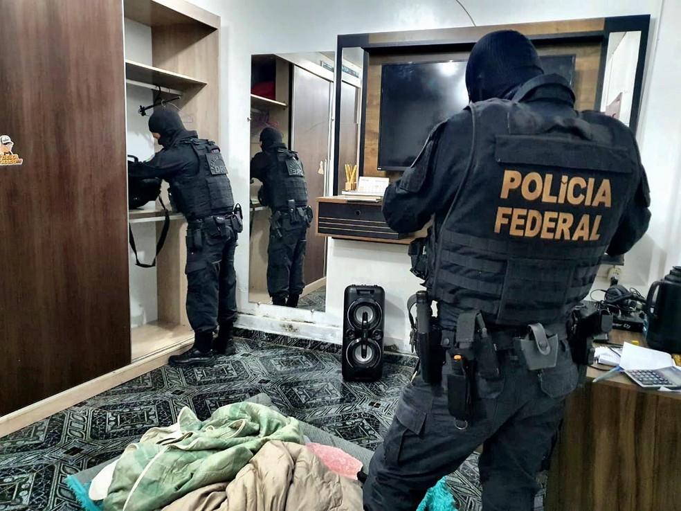 Agentes durante diligência da operação Douce Iliusion — Foto: Polícia Federal/Divulgação