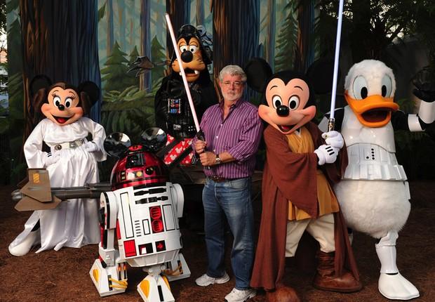 George Lucas com personagens da Disney: agora todos da mesma família (Foto: Getty Images)
