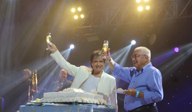 Roberto Carlos, com o irmão Carlinhos, celebra seus 77 anos em show (Foto: AgNews)