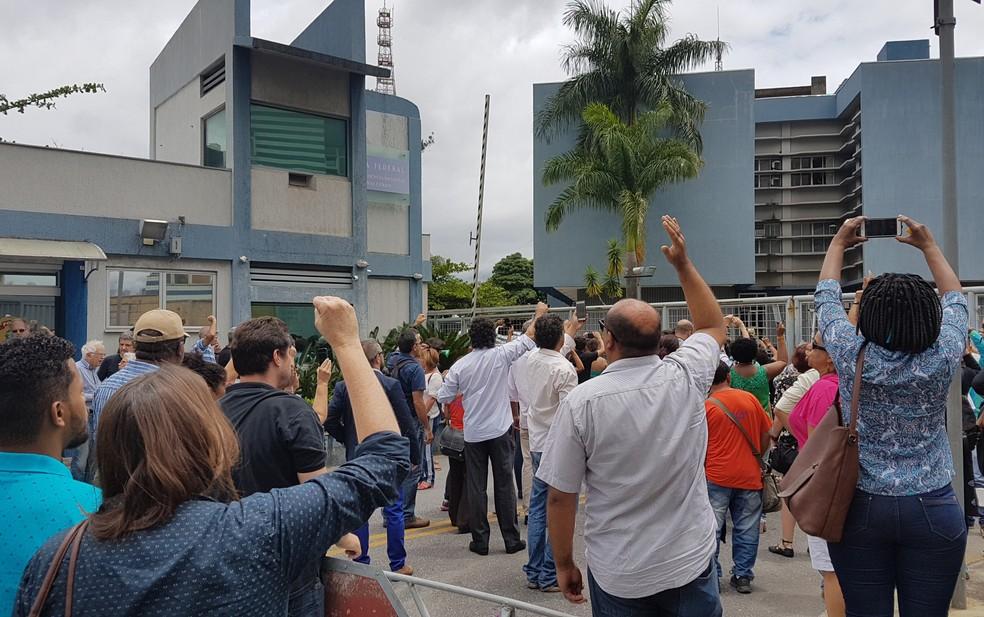 Professores da UFMG protestam em frente a sede da Polícia Federal (Foto: Raquel Freitas/G1)