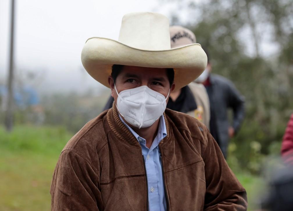 O candidato presidencial do Peru, Pedro Castillo, durante coletiva de imprensa antes de votar, em Chugur, Peru. — Foto: REUTERS / Alessandro Cinque