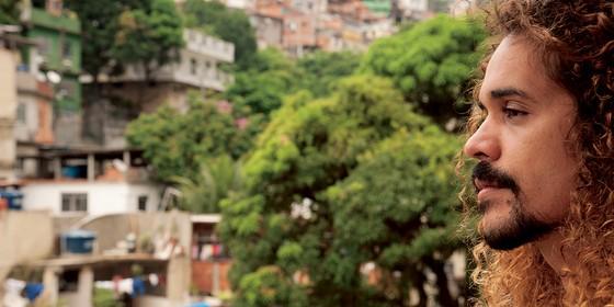 Geovani Martins teve como leitores de seu primeiro livro Chico Buarque, Fernando Meirelles, Walter e João Moreira Salles (Foto: Adriana Lorete)