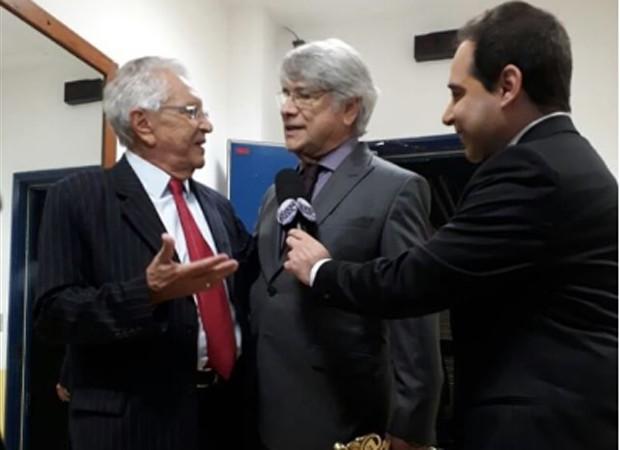 Carlos Alberto de Nóbrega conversa com Sérgio Chapelin em camarim (Foto: Reprodução/Instagram)