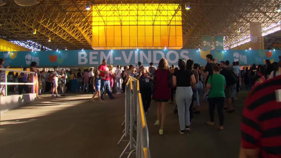 Público lotou a Bienal do Livro, no Rio Centro neste sábado — Foto: Reprodução/TV Globo