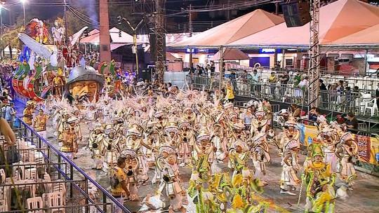 Chuva não afasta foliões da avenida na segunda noite do carnaval de Uruguaiana