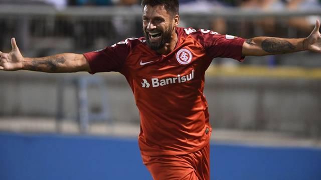 Rafael Sobis comemora o gol da vitória do Inter