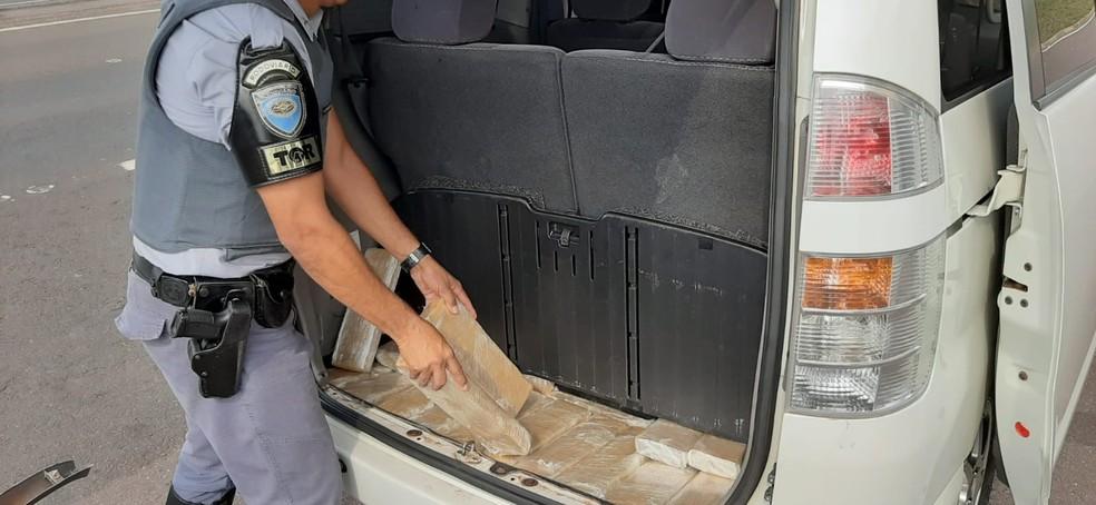 Tabletes da droga eram transportados escondidos em carro — Foto: Polícia Rodoviária