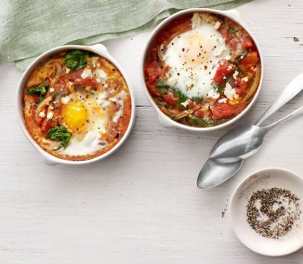 Ovos cozidos com espinafre e tomate (Foto: Divulgação)