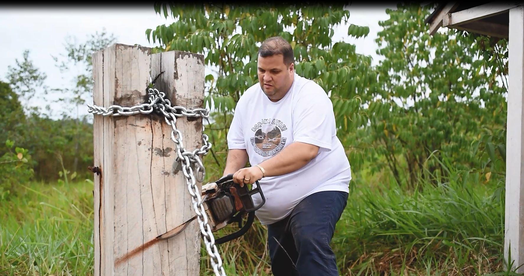 Deputado de RR usa motosserra para cortar corrente em terra indígena na divisa com o Amazonas