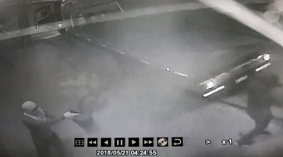 Homens encapuzados e armados são vistos nas imagens com o caminhão (Foto: Reprodução)
