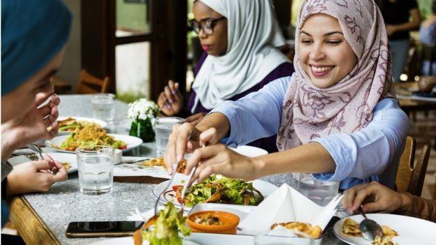 Especialistas concordam que precisa haver uma mudança no foco em nutrientes (gordura/açúcar/sal) e em quais alimentos pessoas devem comer (Foto: Getty Images via BBC News Brasil)