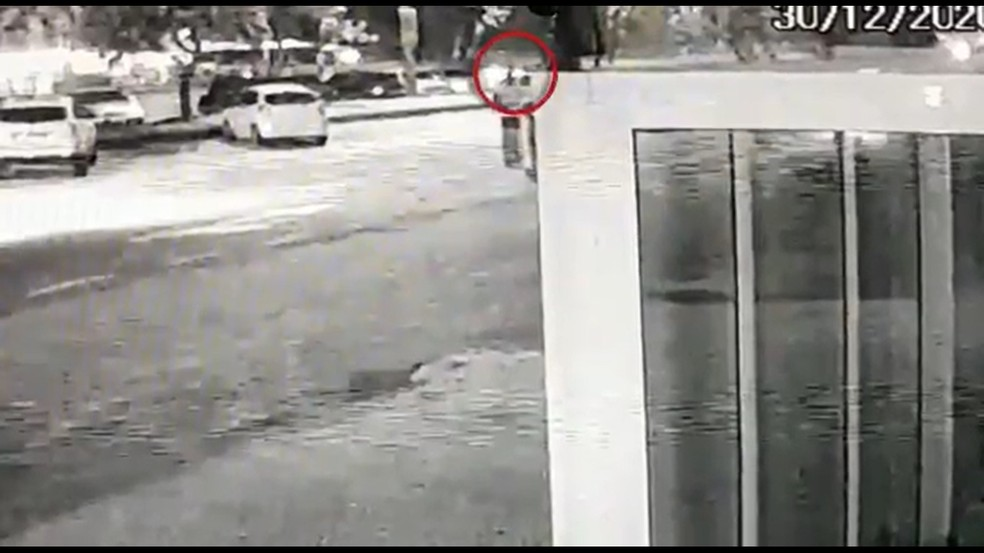 Momento do atropelamento de Marcinho no dia 30 de dezembro — Foto: Reprodução