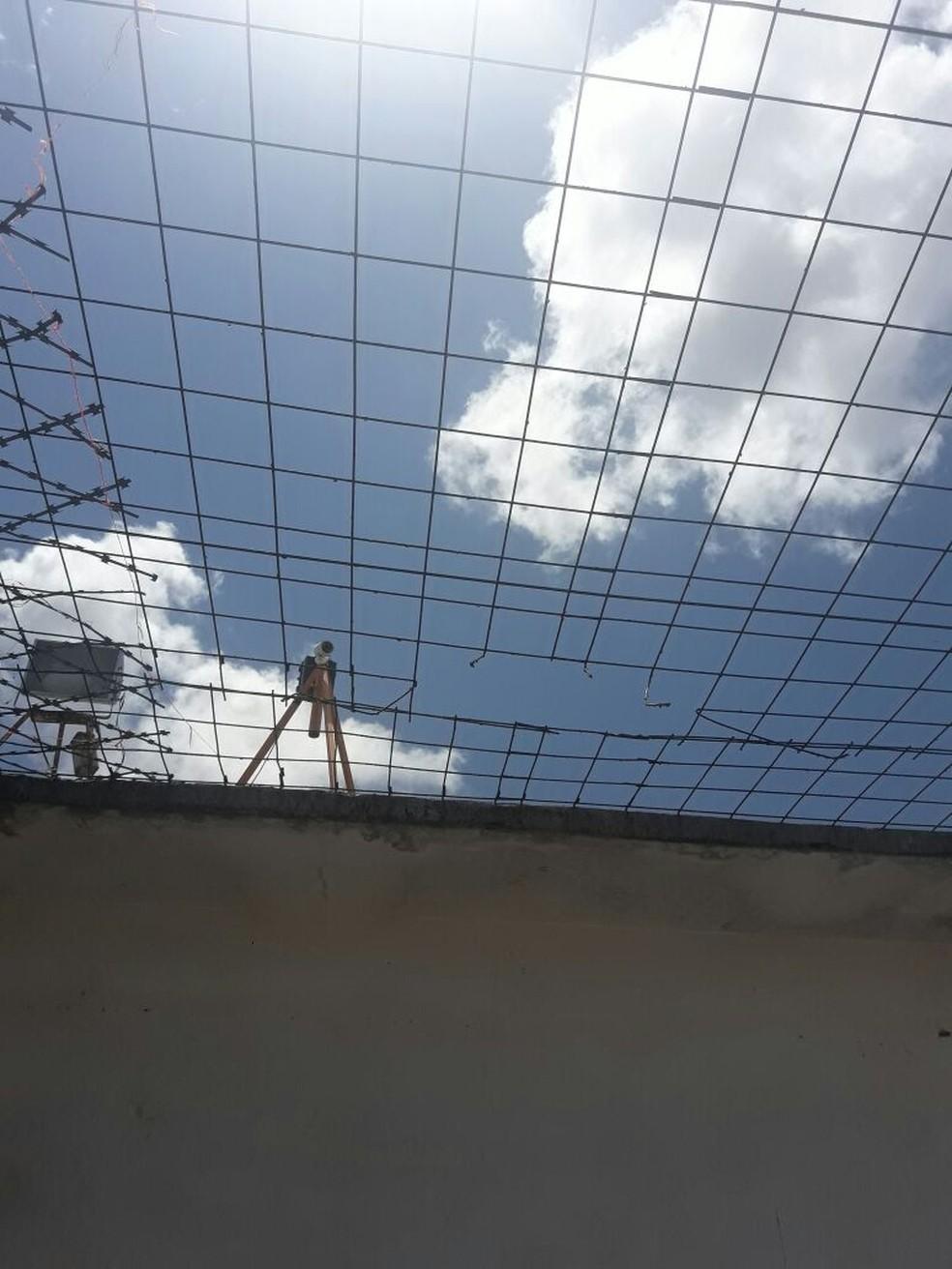 Presos serraram a tela de proteção na tentativa de fugir do presídio (Foto: Ascom/Sindapen)