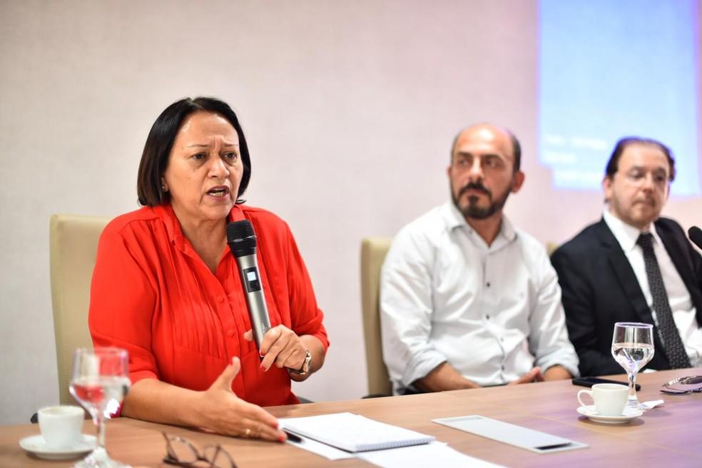 Governadora Fátima Bezerra se reuniu com os secretário de Estado e Fórum de Servidores para anunciar a medida — Foto: Elisa Elsie