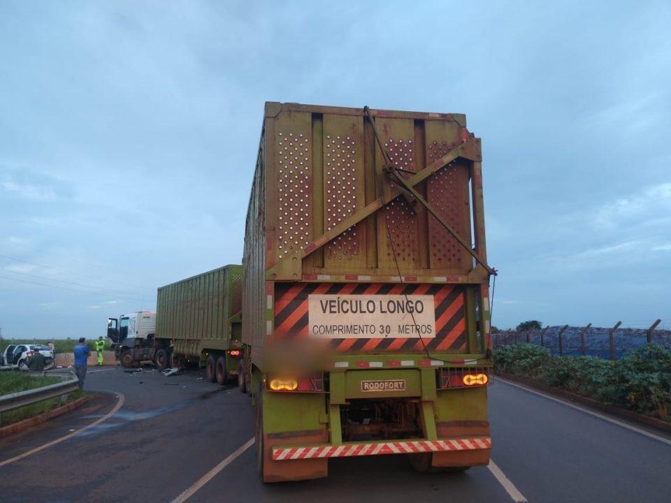 Idosa morre após carro atingir caminhão canavieiro em rodovia de Canitar