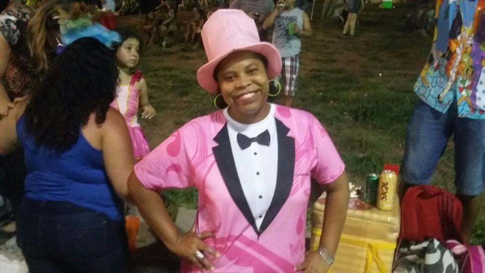 Foliã Cassia Ferreira homenageia o Homem da Meia-Noite durante a abertura do carnaval de Olinda (Foto: Cláudia Ferreira/G1)