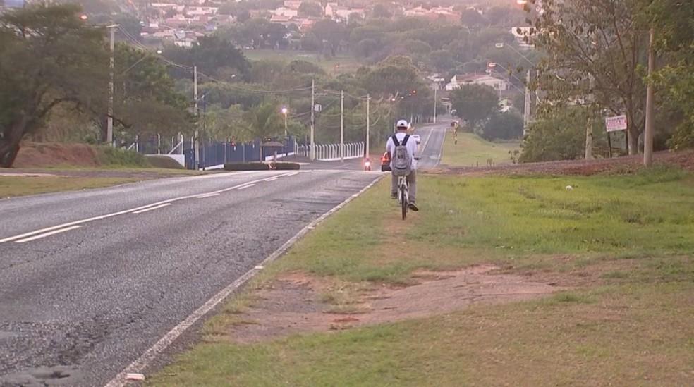 Em outro acesso ao distrito, ciclista tem de andar na grama para evitar acidentes (Foto: Reprodução/TV TEM)