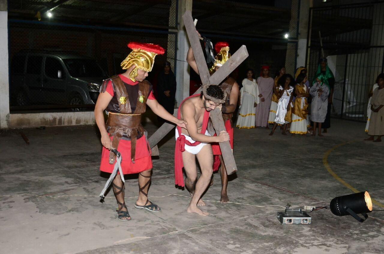 Espetáculo 'O Auto da Paixão' reúne 50 atores para encenação em praça pública de Macapá