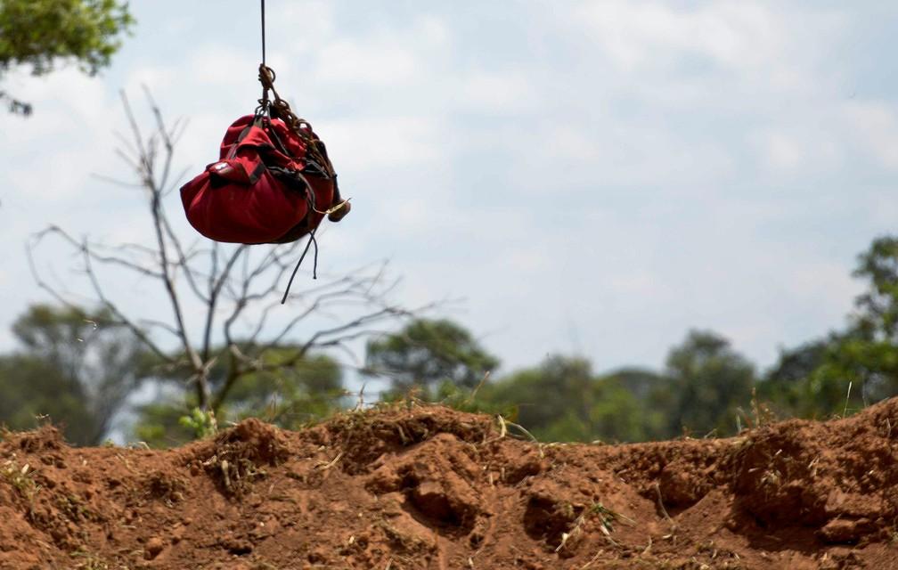 28 de janeiro - Corpo é retirado de helicóptero em Brumadinho — Foto: Washington Alves/Reuters