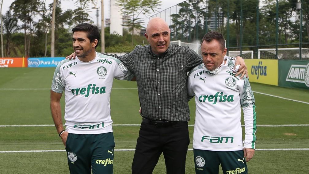 Maurício Galiotte, presidente do Palmeiras, com Abel Ferreira e Andrey Lopes — Foto: Cesar Greco / Ag. Palmeiras