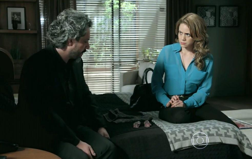 José Alfredo (Alexandre Nero) mostra a Cristina (Leandra Leal) que recuperou o diamante rosa - 'Império' — Foto: Globo