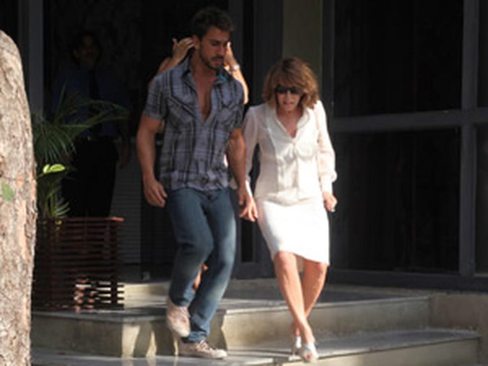Danielle se esconderá na casa de Enzo em 'Fina Estampa' — Foto: Globo