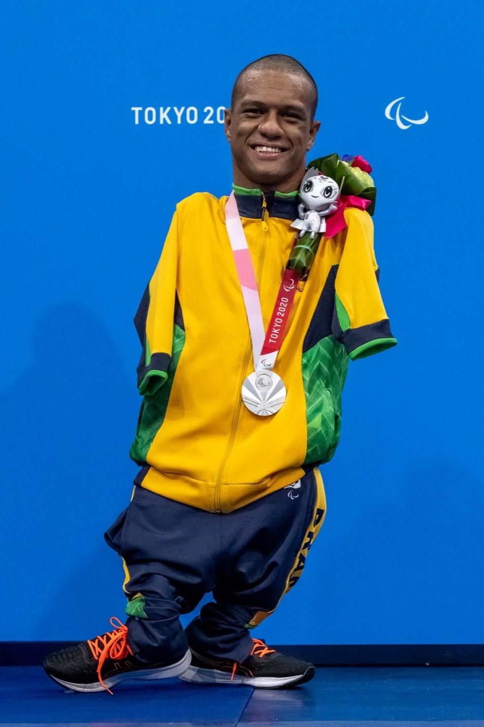 Gabriel Araújo com a prata da natação das Paralimpíadas — Foto: Miriam Jeske/CPB