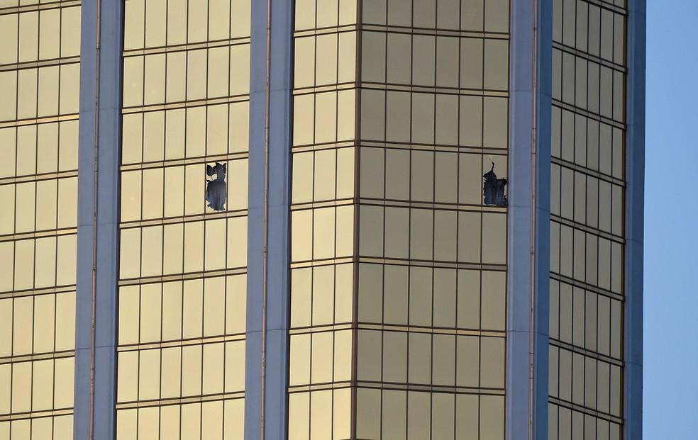 Janelas quebradas são vistas no 32º andar do hotel Mandalay Bay em Las Vegas, nos EUA, de onde um atirador disparou contra uma multidão em um festival de música country  (Foto: David Becker/Getty Images/AFP)