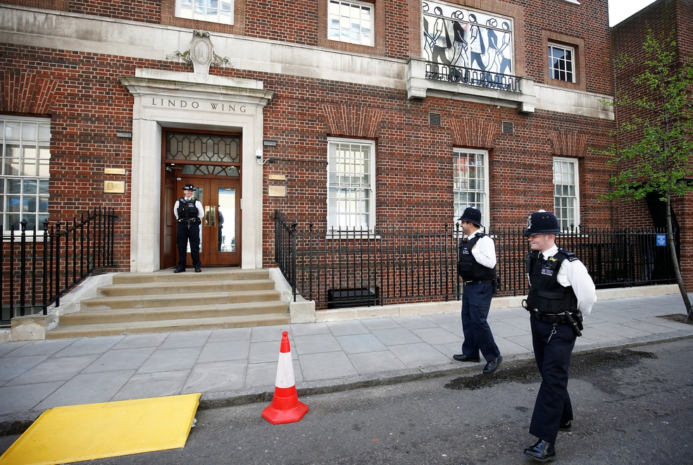 Policiais cercam área de hospital onde a princesa Kate deu entrada em Londres (Foto: Henry Nicholls/Reuters)