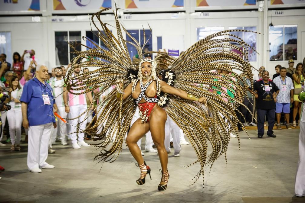 No aquecimento, Evelyn Bastos, da Mangueira, samba à frente da bateria — Foto: Marcos Serra Lima/G1