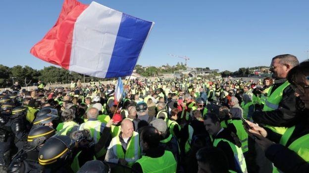 Polícia francesa tenta conter manifestantes franceses no Sul da França (Foto: Reuters/BBC)