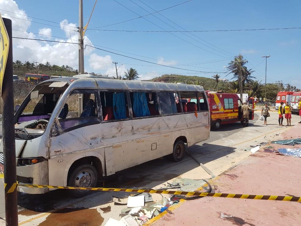 Acidente com micro-ônibus deixa quatro pessoas mortas na Praia do Araçagy.  (Foto: Nelson Melo / Divulgação)