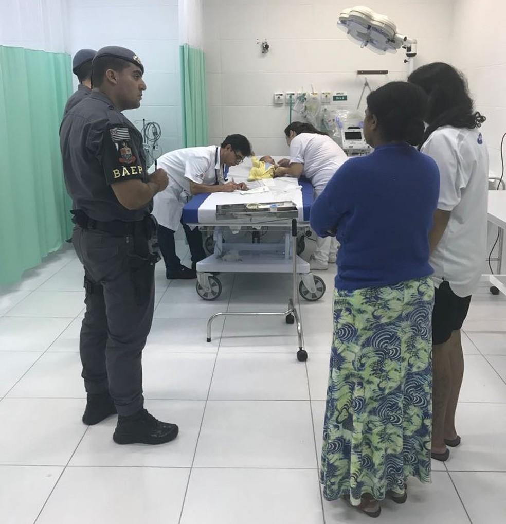 Familiares encontraram os PMs a caminho do hospital (Foto: Divulgação/Baep)
