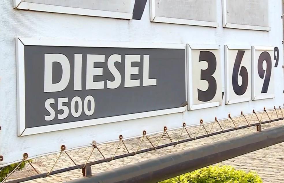 Pelo menos 58 postos de combustíveis não baixaram os R$ 0,46 no preço do litro do diesel na Paraíba (Foto: Reprodução/RBS TV)