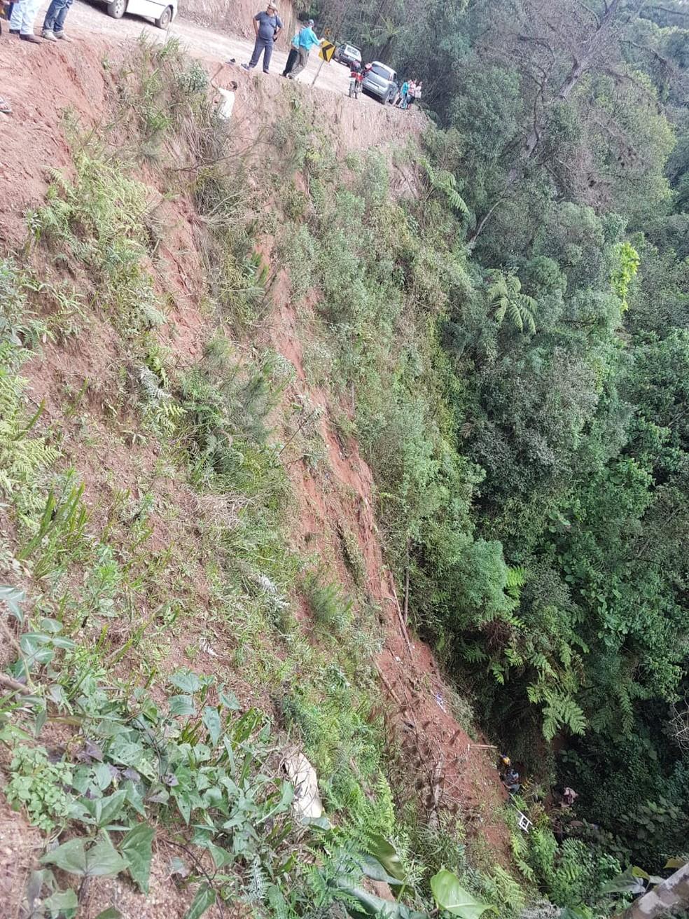Ribanceira às margens da PR-092, onde caminhonete que levava 30 pessoas caiu neste domingo (13) — Foto: Polícia Rodoviária Estadual/Divulgação