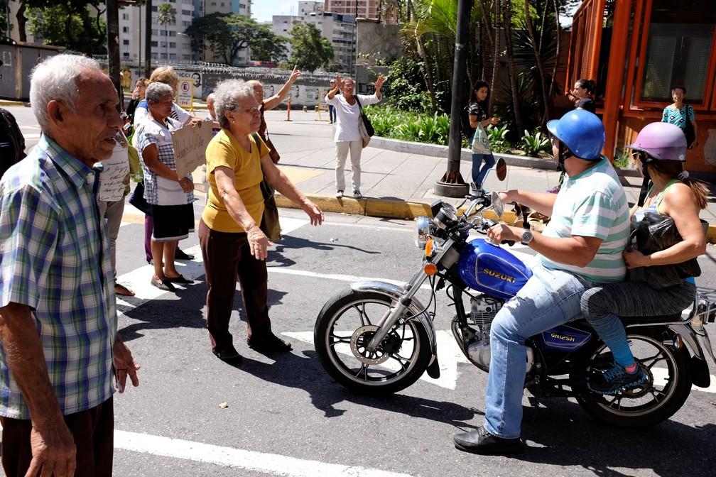 Aposentados bloqueiam avenida em Caracas para exigir pagamento de benefícios, neste sábado (1). (Foto: Reuters/Marco Bello)