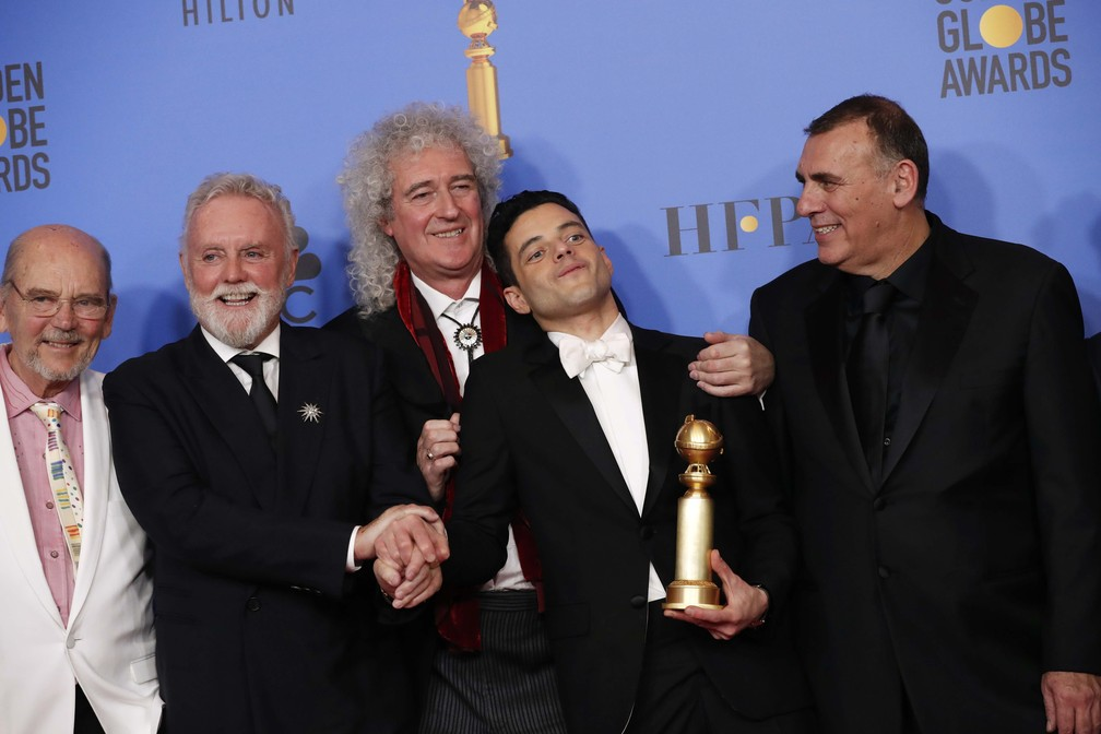 Jim Beach, Roger Taylor, Brian May, Rami Malek e Graham King posam com o prêmio de melhor ator em filme dramático por 'Bohemian Rhapsody' no Globo de Ouro 2019 — Foto: Mario Anzuoni/Reuters